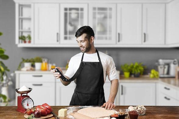 סינר חכם למטבח – שחור. עיצוב חדשני שמשאיר אותך מחובר כיס מיוחד עם הגנה מושלמת לטלפון הנייד, , large image number null
