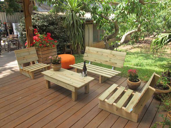 פינת זולה קלאסית מעץ אורן מלא כוללת: ספסל זוגי עם משענות גב מתקפלות, שני כיסאות יחיד עם משענות גב מתקפלות, שולחן, , large image number null